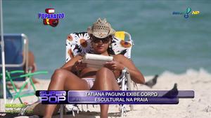 Brasileña tomando el sol en la playa