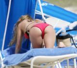 th_44756_Fergie_celebutopia.net_842_122_352lo - Fergie, atomique en bikini à la plage !