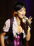 http://img224.imagevenue.com/loc559/th_37252_Celebutopia-Rihanna_performs_live_for_her_Believe_Charity_in_San_Francisco-05_122_559lo.jpg