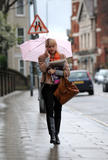 th_26089_Holly_Willoughby_Rainy_Day_Candids_031108_004_122_584lo.jpg