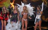 th_93229_Doutzen_Kroes_Victorias_Secret_Fashion_Show_in_NY_Catwalk_November_19_2009_15_122_664lo.jpg